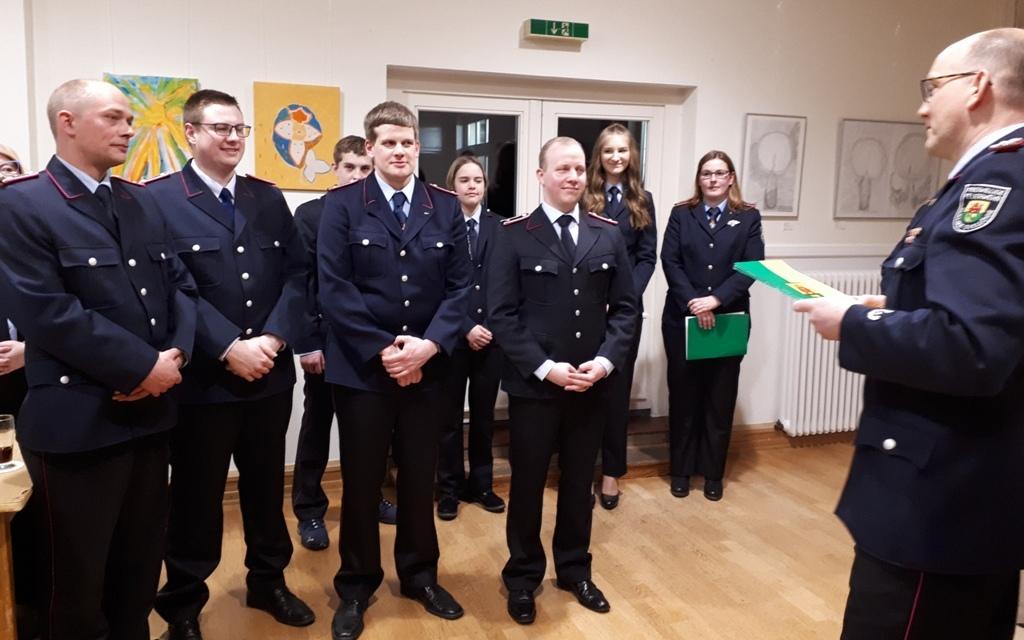 Gemeindebrandmeister Torsten Schattschneider beförderte acht Kameradinnen und Kameraden auf der Jahreshauptversammlung